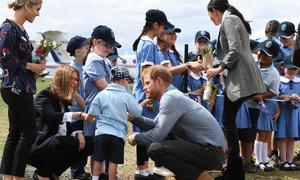 Cậu bé 5 tuổi gây sốt khi vuốt râu Hoàng tử Harry