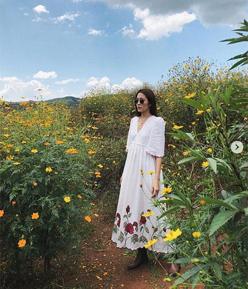 Diện chiếc váy thùng thình, Hà Tăng bị fan hỏi chuyện mang bầu lần ba.