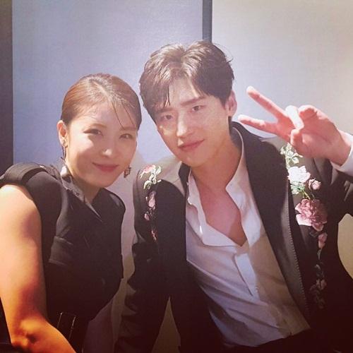 Lee Jong Suk hào hứng khoe ảnh cùng đàn chị Ha Ji Won khi hội ngộ trong một sự kiện.