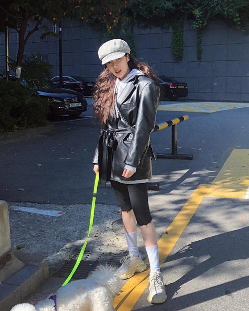 Hyun Ah lên đồ trên đông dưới hè cá tính. Cô nàng dắt cún đi dạo cũng phải thật chất.