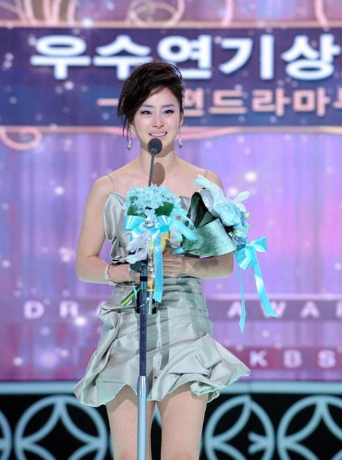 Hình ảnh người đẹp sinh năm 1980 tại lễ trao giải KBS Awards 2009. Đây là năm cô tỏa sáng với vai diễn trong bom tấn truyền hình IRIS. Khi bước lên bục nhận giải Nữ diễn viên xuất sắc, nhan sắc Kim Tae Hee bị dìm hàng khi cô lựa chọn kiểu tóc và bộ đầm không phù hợp.