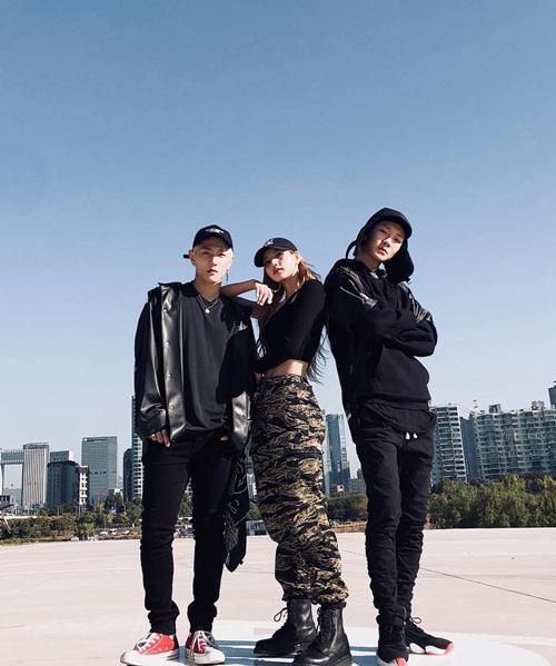 Lisa khoe vòng eo nhỏ xíu, style cool ngầu bên DK (iKON) và Seung Hoon (Winner).