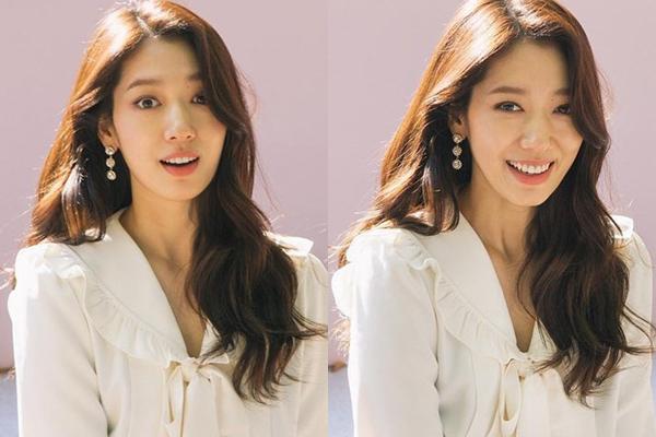 Biểu cảm trợn mắt bất ngờ rồi bật cười của Park Shin Hye khi phát hiện đang bị chụp ảnh.