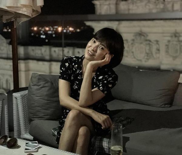Song Hye Kyo cắt tóc ngắn trông trẻ và dễ thương hơn. Cô nàng tạo dáng nghiêng đầu ôm má xì tin.