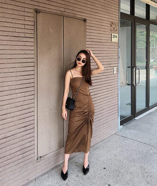 Đầm hai dây ôm dáng là kiểu trang phục không quá kiểu cách nhưng tôn lên được thân hình mảnh mai, vẻ yêu kiều của Yến Trang.