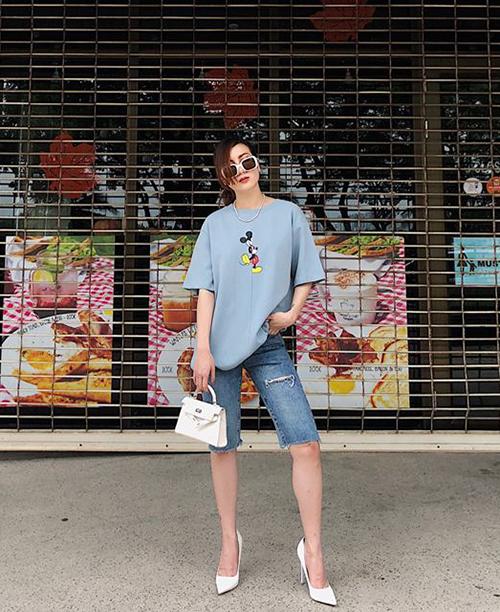 Yến Nhi hưởng ứng rất tích cực mốt quần lửng mang cảm hứng thời trang thập niên 90. Dù mix cùng áo phông Mickey xì tin nhưng trông cô nàng vẫn rất đẳng cấp.