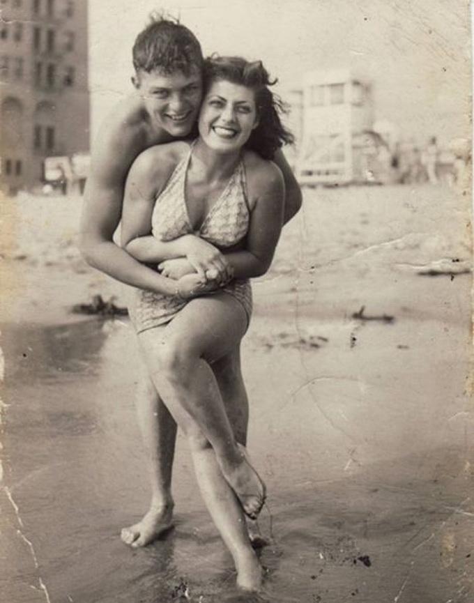 <p> Một người mẫu và bạn trai tận hưởng kỳ nghỉ tại bãi biển San Diego vào khoảng những năm 1940.</p>