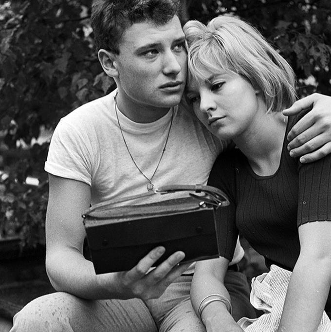 <p> Giây phút nam ca sĩ Johnny Hallyday tạm biệt bạn gáiSylvie Vartan trước lúc lên đường nhập ngũ năm 1964.</p>