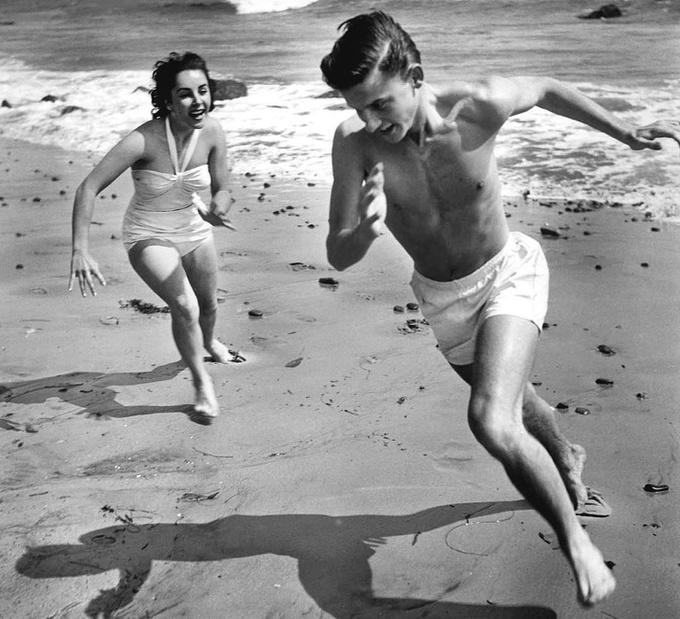 <p> Elizabeth Taylor và Roddy McDowall tại bãi biển California năm 1948.</p>
