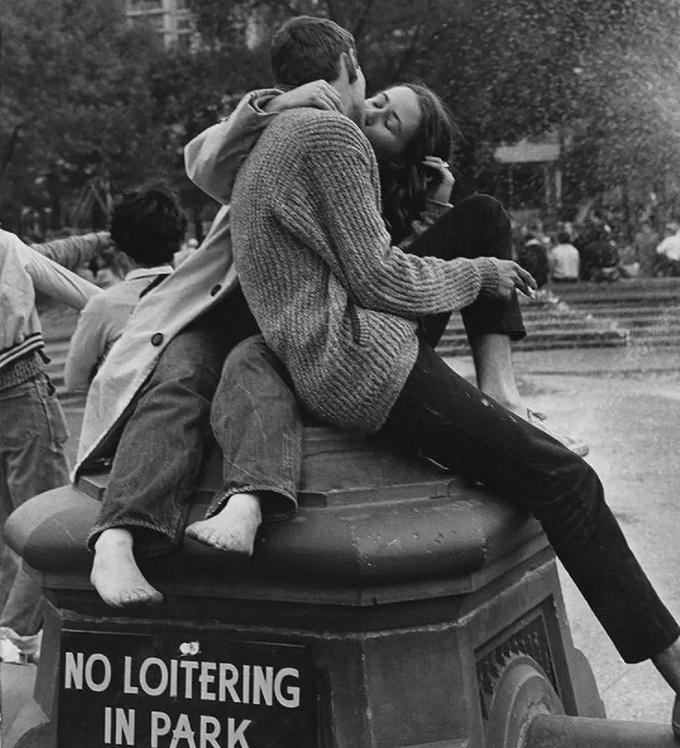 <p> Một nụ hôn thắm thiết tại Công viên Washington Square năm 1962.</p>