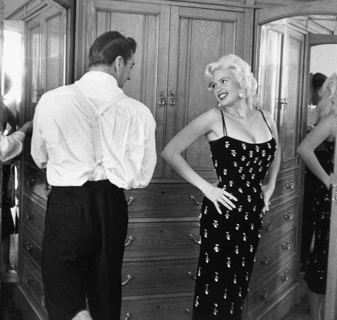<p> Jayne Mansfield và chồng Mickey Hargitay tại LHP Cannes 1957.</p>