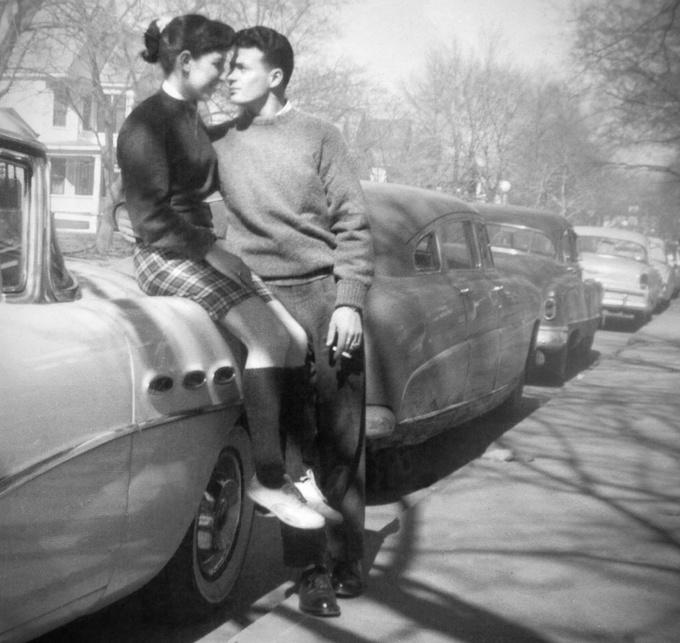<p> Ánh mắt say đắm của hai người yêu nhau. Ảnh chụp vào khoảng năm 1950.</p>