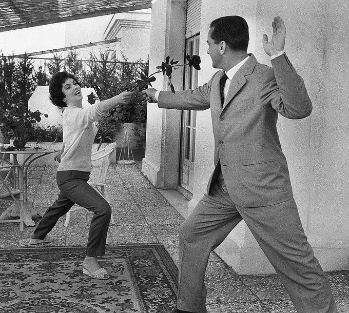 <p> Nữ diễn viên Gina Lollobrigida và chồng Milko Skofic trêu đùa nhau tại LHP Cannes năm 1958.</p>