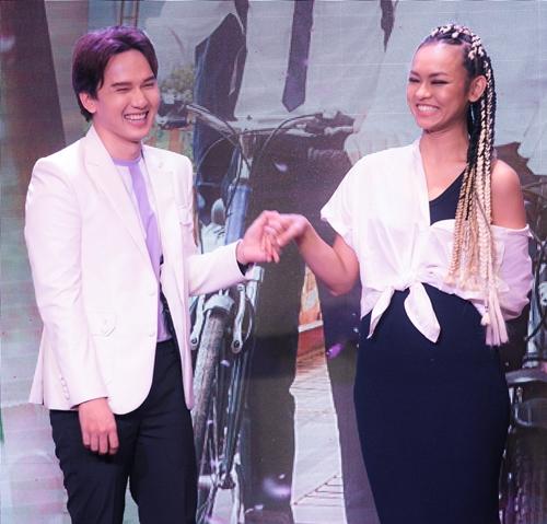 Mai Ngô và Khắc Minh tái hiện lại cảnh nắm tay trên màn ảnh.