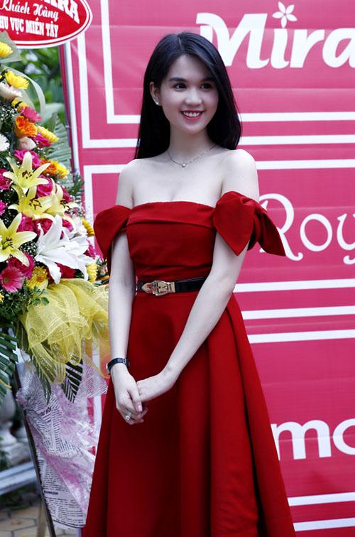 Hàng loạt sao Việt thi nhau đụng độ kiểu váy đỏ rực, vai trễ để tôn lên vòng một quyến rũ. Chiếc nơ cách điệu thành tay áo giúp bộ váy vừa quyến rũ lại vừa đáng yêu.
