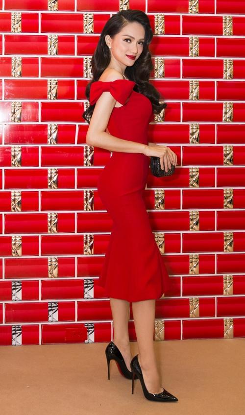 Trong sự kiện mới đây, Hương Giang xuất hiện nổi bật trong thiết kế váy ôm sát khoe đường cong, tông màu đỏ rực rỡ.