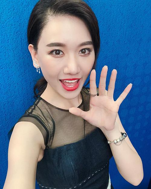 Theo đuổi phong cách trong sáng, ngây thơ đúng chuẩn Hàn Quốc nên Hari Won rất thích kẻ lông mày ngang. Tuy nhiên việc chọn sai dáng lông mày cùng cách kẻ quá đậm khiến lông mày của cô nàng trông dày như sâu róm, khiến gương mặt bớt phần thanh thoát.