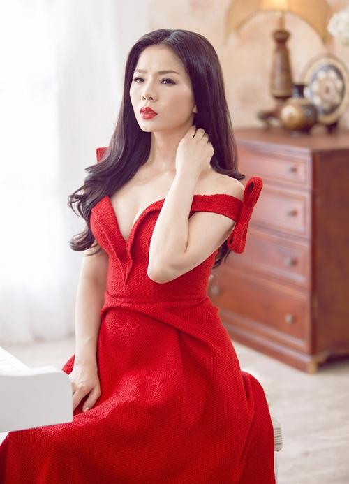 Nhiều chất liệu khác nhau được sao Việt sử dụng cho mẫu váy hot hit này. Phần cổ cũng được cách điệu tùy theo sở thích của chủ nhân.
