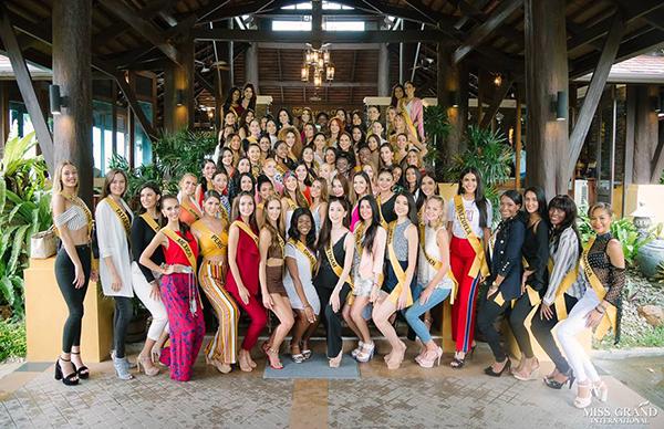 Ở giữa gần 80 người đẹp, Á hậu Việt Nam 2018 không lo bị chìm lấp vì cô thường xuyên đứng ngay chính giữa rất dễ nhận ra.