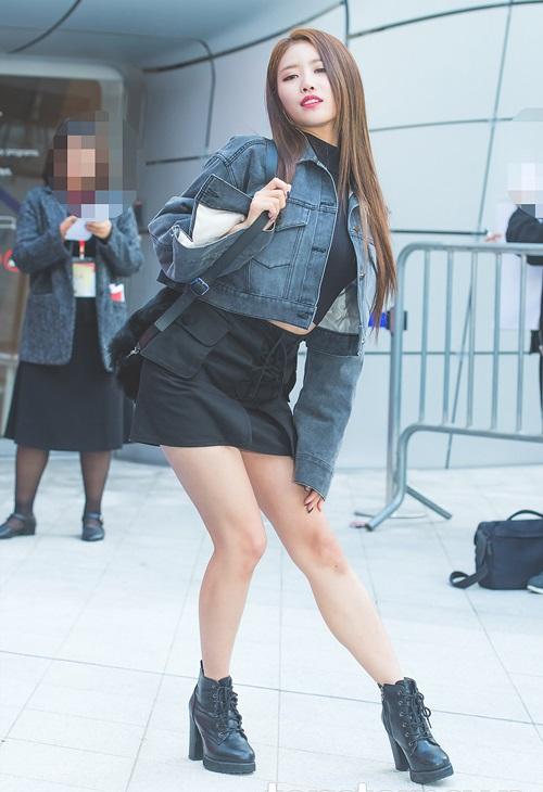 Mi Joo nổi tiếng vì thích tạo dáng sexy trước ống kính nhưng nhiều ý kiến cho rằng hành động của nữ ca sĩ không phù hợp với tính thời thượng của tuần lễ thời trang.