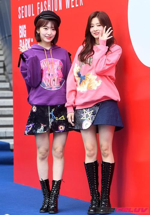 Hai thành viên của IZONE chưa chính thức debut đã được mời dự Tuần lễ thời trang Seoul 2018. Idol người Nhật Sakura và visual Min Joo xuất hiện với hình ảnh đáng yêu, ngọt ngào.