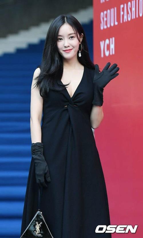 Hyo Min diện váy khoét sâu gợ cảm, găng tay và túi YSL đắt giá làm tăng đẳng cấp của trang phục.