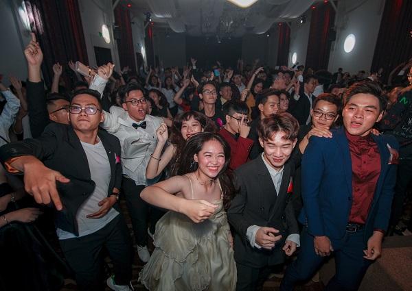 Hơn 200 cựu học sinh trường THCS - THPT Nguyễn Khuyến đã có một đêm tiệc chia tay thời học sinh cực kỳ đáng nhớ