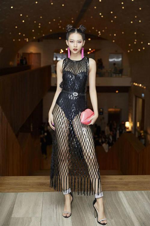 Nhiều người nhận ra, bộ cánh mà Bảo Thy mặc trong MV mới từng được Phí Phương Anh diện trước đó không lâu tại một sự kiện thời trang. Đây là thiết kế mới nhất nằm trong BST đặc biệt với số lượng giới hạn của H&M. Trong hình, Quán quân The Face thể hiện phong cách nổi loạn, cá tính.