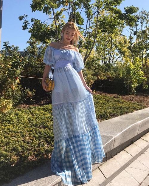 Hyo Yeon diện váy dài quét đất với chất liệu xuyên thấu nửa kín nửa hở.