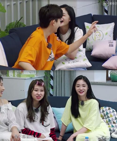 Kyul Kyung ngồi cạnh khách mời nam thường ngả người, vỗ lưng, nắm tay người ta rất thân mật. Nhưng khi ngồi cạnh khách mời nữ thì không như vậy.