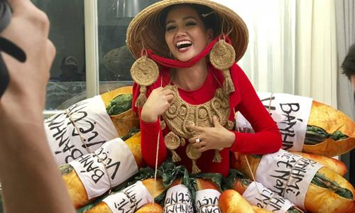 Quốc phục đính đầy bánh mì của H'Hen Niê gây tranh cãi