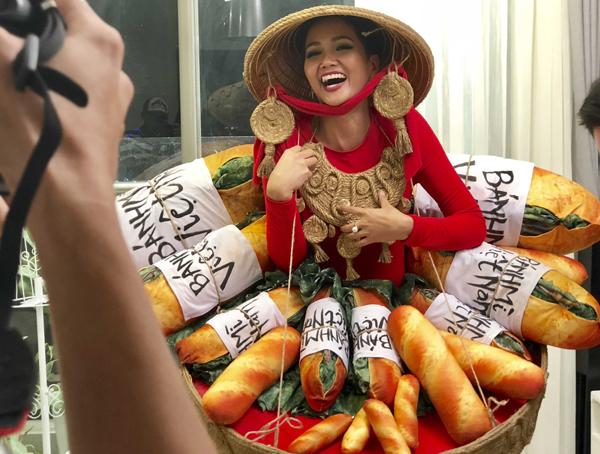 Quốc phục đính đầy bánh mì của HHen Niê gây tranh cãi kịch liệt - 1