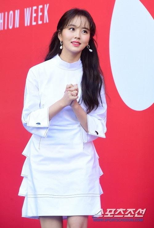 Kim So Hyun trung thành với tông màu trắng khi xuất hiện ở các sự kiện.