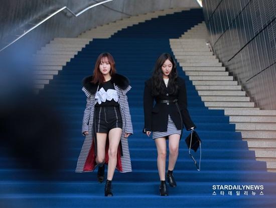 Yuju và SinB thả dáng trên thảm xanh của Tuần lễ thời trang Seoul. Hai thành viên G-Friend đến ủng hộ So Won làm người mẫu, trình diễn trên sàn catwalk.