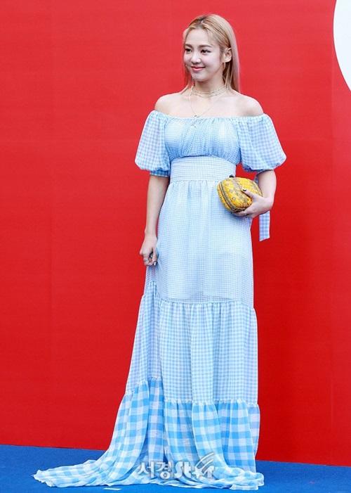 Hyo Yeon chọn một chiếc váy dáng dài chấm đất, hở vai gợi cảm, họa tiết caro xanh mát mắt.