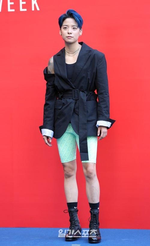 Thành viên F(x) Amber diện mốt quần bó lừng như đồ tập thể thao, áo khoác cut out lộ hình xăm.