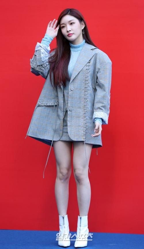Kim Chung Ha cá tính với mẫu áo vest thiết kế độc đáo, chân váy ngắn giúp nữ ca sĩ khoe đôi chân thon.