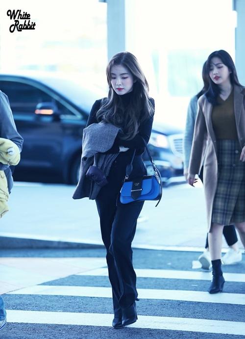 Chiếc quần cạp cao giúp Irene kéo dài chân. Trang phục đen, áo khoác xám khiến nữ ca sĩ cóhình tượnggiống một doanh nhân thành đạt.