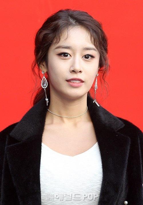 Nữ ca sĩ xuất hiện khá nhợt nhạt và mệt mỏi. Nhiều fan lo lắng cho sức khỏe của Ji Yeon.