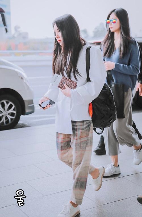 Khác với trang phục sành điệu của Red Velvet, Twice luôn thích trang phụ tiện dụng, quần ống rộng thoải mái.