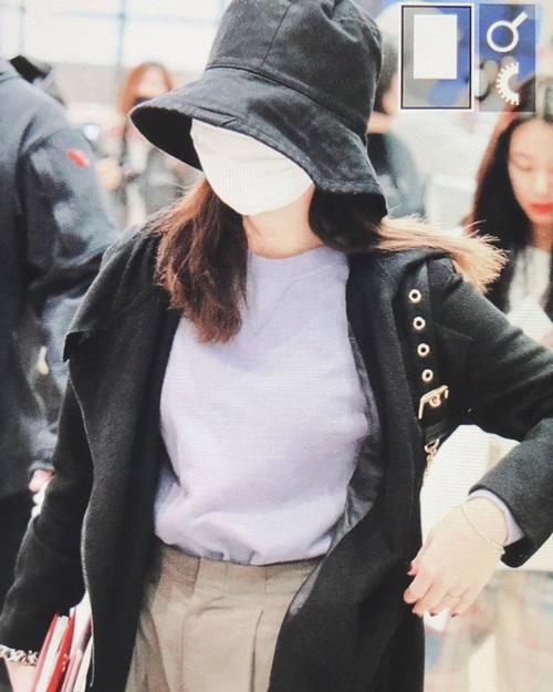 Vì lịch làm việc dày đặc, Na Yeon mệt mỏi khi ra sân bay, phải đeo khẩu trang, mũ bucket kín mít.