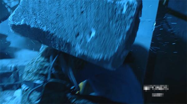 Duy Kiên đã hứng trọn một khối bê tông lớn.