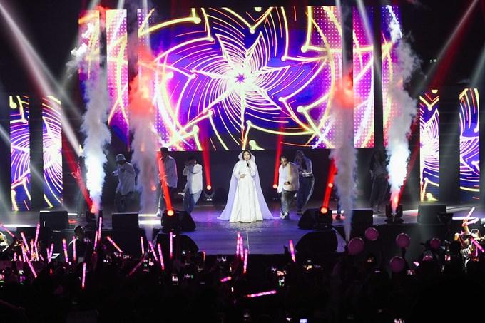"""<p> Tối 20/10, liveshow """"First Love"""" của Mỹ Tâm diễn ra tại SVĐ Jangchung (Hàn Quốc). Đêm nhạc đánh dấu cột mốc quan trọng trong sự nghiệp âm nhạc của nữ ca sĩ khi lần đầu làm liveshow ở quốc gia có nền giải trí phát triển hàng đầu châu Á. SVĐ từ sớm đã được lấp kín bởi 4.000 khán giả.</p>"""