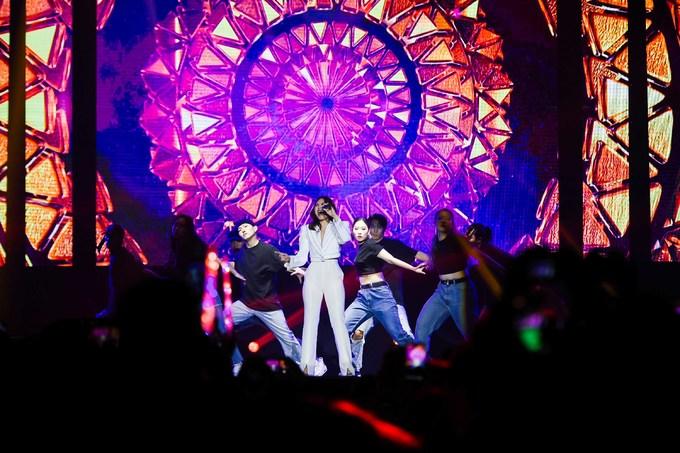 """<p> Mỹ Tâm không quên thể hiện khả năng vũ đạo khi kết hợp với nhóm nhảy tại Hàn Quốc trong tiết mục """"Lạnh lùng"""". Lần đầu tiên, nữ ca sĩ hợp tác với K Man - nhà vô địch hip hop thế giới người Hàn. Anh cũng là biên đạo múa cho show diễn lần này.</p>"""