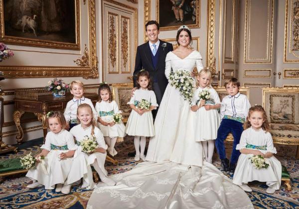 Công chúa Charlotte làcon thứ hai của Hoàng tử Anh William và công nương Kate. Bé gái 3 tuổi là người thứ 4 trong danh sách kế thừa ngai vàng và là nhân vật nhí hoàng gia được săn đón nhất hiện nay. Công chúa thậm chí còn được chú ý hơn cả người anh của mình, hoàng tử George nhờ thần thái và biểu cảm xuất sắc,Mới đây, tiểu công chúa một lần nữa khiến cộng đồng mạng phát sốt khi xuất hiện trong dàn phù dâu nhí tại đám cưới của Công chúa Eugenie hôm 12/10. Trong ảnh chụp tại Cung điện Buckingham, công chúa Charlotte là người ngồi vị trí thứ tư, bên cạnh là hoàng tử George. Charlotte được gây chú ý khi có biểu cảm và khuôn mặt giống hệt William khi anh tròn 10 tuổi.