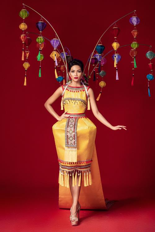 So với bản vẽ, trang phục hoàn thiện của Hoa đăng sắc Việt có phần kém hoành tráng vì thiếu đi nhiều chi tiết trang trí, trong đó có chiếc nón lá giúp HHen Niê tăng chiều cao đáng kể. Phom váy hình chuông cũng có phần thiếu sang trọng, dễ gây hạn chế chiều cao.