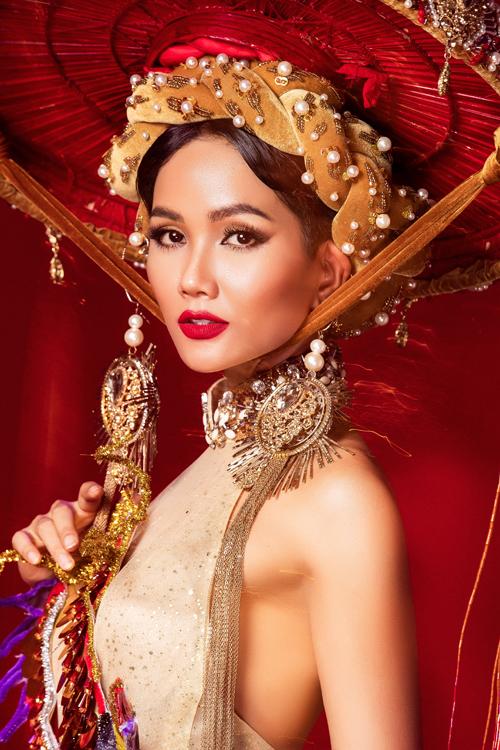 Khi hoàn thiện sản phẩm, trang phục này trông lung linh, hoành tráng hơn bản vẽ. Màu vàng mơ của chiếc váy yếm cùng phụ kiện trang trí rực rỡ sẽ là điểm giúp HHen Niê tỏa sáng dưới ánh đèn sân khấu.