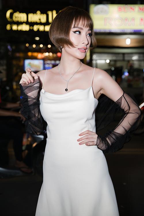 Tối 20/10 tại TP HCM, Á khôi Mai Diệu Linh ra mắt một cơ sở thẩm mỹ, làm đẹp với sự góp mặt của nhiều mỹ nhân Việt. Angela Phương Trinh xuất hiện với diện mạo khác lạ. Mái tóc cúp bế nhìn như búp bê của nữ diễn viên gây tò mò không ít.