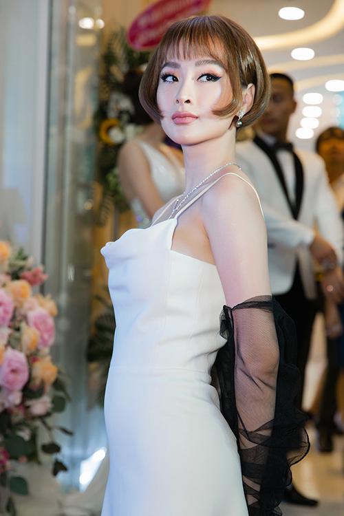 Angela Phương Trinh đổi kiểu tóc búp bế đọ dáng với Hương Giang - 2