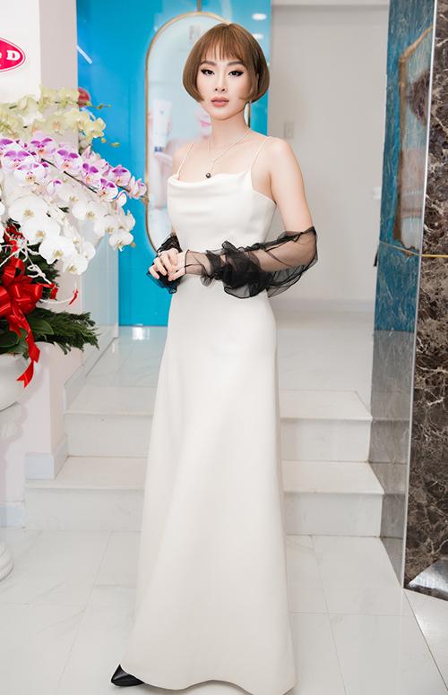Trước đến nay, Angela Phương Trinh thường trung thành với phong cách sang chảnh, gợi cảm khi xuất hiện trên thảm đỏ. Hình tượng có chút cổ điển này mang đến sự tươi mới cho cô.